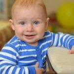 Мальчик в полосатой кофте улыбается