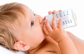 Бутылочный кариес может стать причиной черного налета на зубах у ребенка