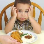 Мальчик обедает