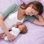 Мать кормит грудью ребенка