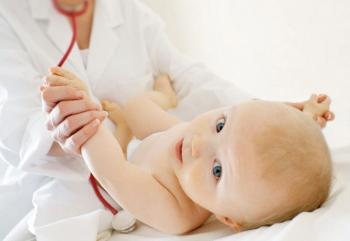 Малыша осматривает доктор