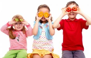 Дети с сочными фруктами