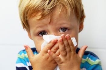 При синусите у ребенка может болеть голова, насморк не прекращается