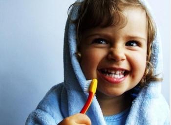 Регулярная чистка зубов поможет избежать флюса у ребенка