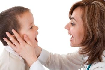 Регулярный осмотр рта ребенка поможет вовремя заметить симптомы флюса