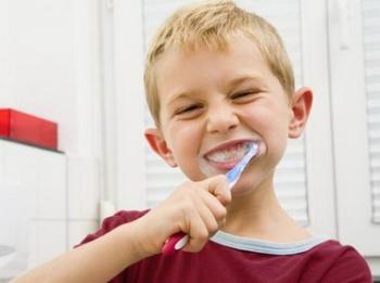Мальчик тщательно чистит зубы
