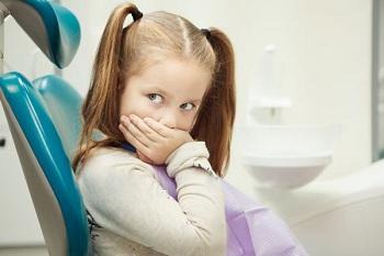 Девочка в стоматологическом кресле