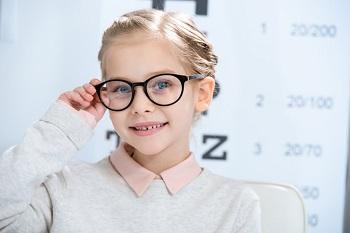 Красивая девочка в очках