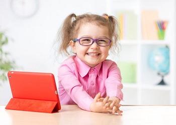 Девочка в очках улыбается