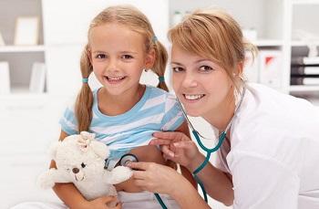 Доктор с маленьким пациентом