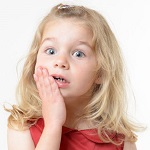 У девочки болит зуб