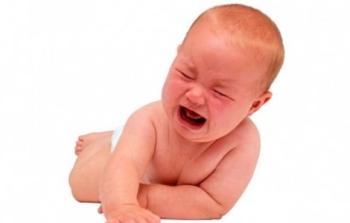 Младенец громко плачет