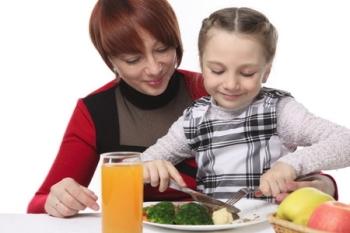 Мама с дочкой обедают