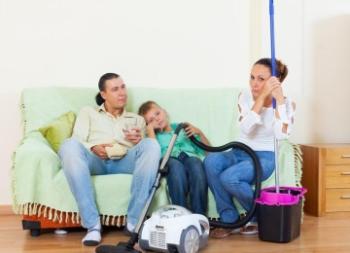 Семья прибирает квартиру