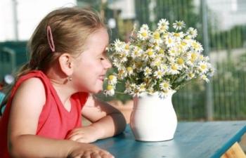 Девочка с букетом ромашек