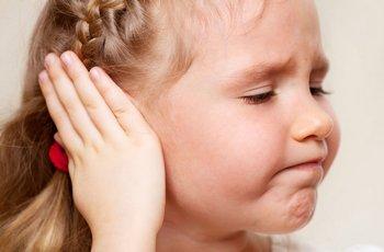 Девочка закрыла ухо рукой