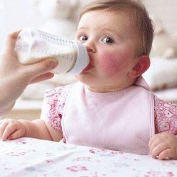 Ребенка кормят из бутылочки