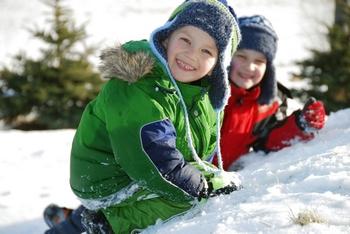 Мальчики гуляют зимой