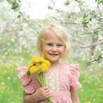 Девчонка с цветами улыбается