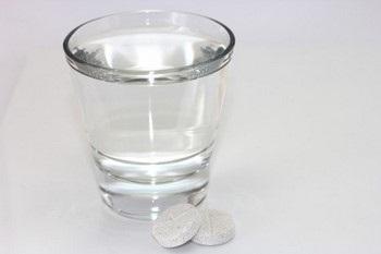 Таблетки и стакан воды