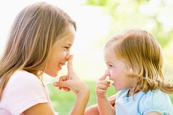 Две милые девочки