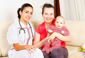 Доктор и мама с малышом