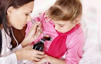 Мама дает дочери лекарство