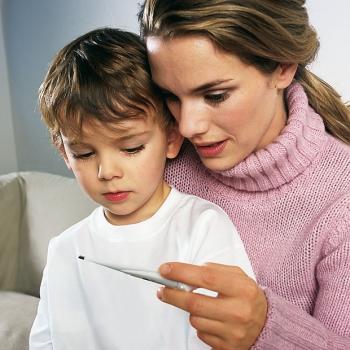 Мама измерила сыну температуру