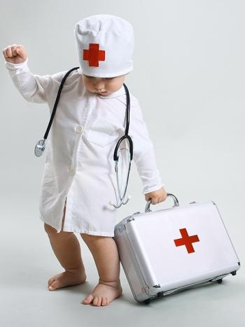 Ребенок в медицинском халате