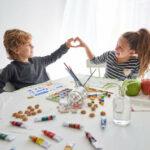 Мальчик с девочкой показывают сердечко
