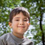 Мальчишка на фоне дерева