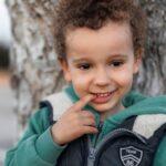 Мальчик возле дерева
