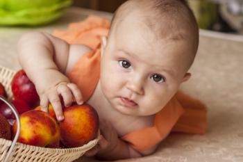 Малыш с персиками