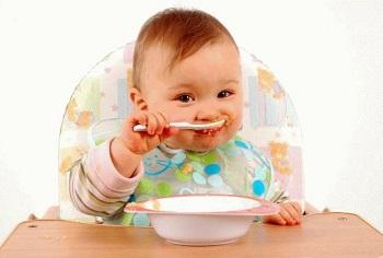 Малыш самостоятельно ест