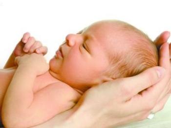 Маленький ребенок на руках