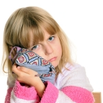 Что нужно делать, если у ребенка сильно болит ухо?