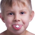 Мальчик с таблеткой во рту