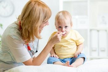 Малышу мама дает лекарство