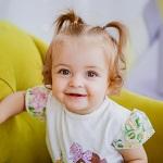 Милая девочка с хвостиками