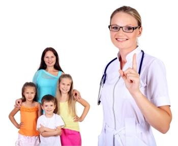Детский врач с детьми