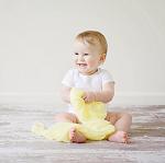 Веселый малыш на полу