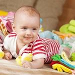 Маленький ребенок с игрушками