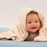 Милый малыш в полотенце
