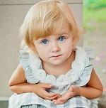 Милая девочка с голубыми глазами