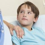 Мальчик лежит в больнице