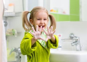Девочка тщательно вымыла руки