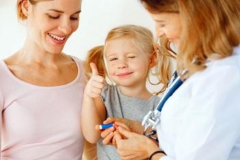 Мама и дочка у доктора