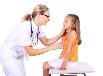 Детский врач осматривает девочку