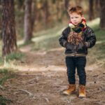 Мальчишка в лесу