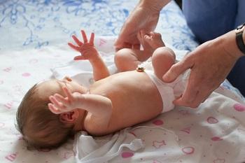 Новорожденного нужно запеленать